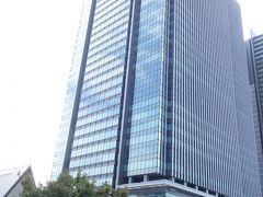 飯田橋グラン・ブルーム。 このビルの商業ゾーンがサクラテラスと呼ばれています。  手前の石垣は牛込見附跡で、江戸城外郭門のひとつです