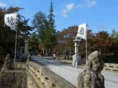 お堀に渡る橋の両側に、上杉藩の旗印である「毘」と「龍」。  「毘」は、藩祖上杉謙信公が深く信仰していた毘沙門天の一字をとったもの、「龍」は「懸かり乱れの龍」と呼ばれ、上杉軍が敵に総攻撃を仕掛ける際本陣に立てられたものです。