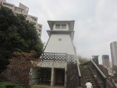 更に奥には石川島灯台 最初の灯台は慶応2年石川島人足寄場奉行清水純畸が隅田河口や品川沖航行の船舶のため、油絞りの 益金を割いてここにあった人足寄場の人足により築かれたそう もちろん、これは当時のものではないですけれど