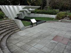 慰霊の泉。 戦場で水がなくて苦しんだ御霊に対し、水を捧げる為に作られた記念碑です。東京キワニスクラブが昭和42(1967)年に奉納したものです