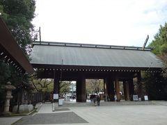 神門。 三間三戸の切妻造銅板葺で高さ6mの檜造りです。伊東忠太の設計により昭和9(1934)年に完成しました