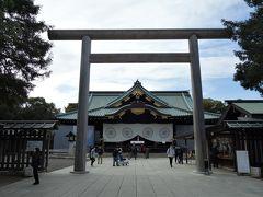 中門鳥居。 平成18(2006)年に建て替えられた素木鳥居で、埼玉県産の檜が用いられています。以前は昭和50(1975)年に奉納された台湾産の檜が用いられていたそうです。 中門と言う名称は、かつて門扉が在った事に由来しています