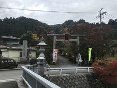 吾野駅から1,4Km、秩父御嶽神社に到達。拝殿で今日の無事を祈願。