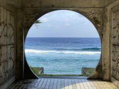 ダンヌ浜に到着です。 ダンヌ浜トイレは素敵な作りになっていて、真ん中がぽっかり空いていて、そこの入り口が丸くなっています。  丸い額縁のようなトイレから綺麗な海。  とても綺麗なのですが、ものすごく波が高く、風も強い日でした。 最初は晴れていた空も、海側は晴れていて、陸地側は小雨が降ってきました。  ちょうどトイレを境に全く別の世界のよう。