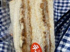 大朝商店さんでチキンカツサンドを購入!!  当店手作りと書かれているので、久部良でお昼ご飯は達成^^;