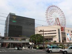 バス乗り場の正面、黒い四角な建物が鹿児島中央駅。  脇の観覧車は存在感があります。