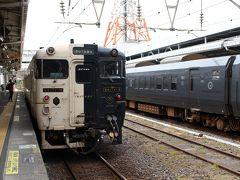こちらが車両。 半分から左が白、半分から右が黒という斬新なデザインが印象的!  JR九州ではおなじみの水戸岡鋭治氏によるデザインです。