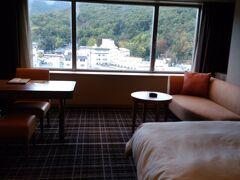お宿は、湯村温泉郷の甲府富士屋ホテルです。(旅行記を書いている2020年現在は「甲府記念日ホテル」になっています) 駐車場も大きく、お部屋は広くゆったりとして過ごしやすかったです。