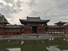 平等院は永承7年(1052年)、関白藤原頼道によって父道長の別荘を寺院に改め創建されました。 極楽浄土の宮殿をモデルにした鳳凰堂は、中堂、左右の翼廊、背後の尾廊からなる、他に例を見ない建物です。