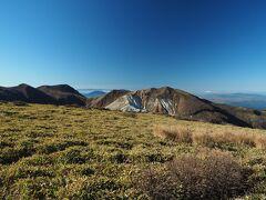 本峰からだと星生山、久住山が上半分しか見えませんが、その代り奥には阿蘇五岳の根子岳がはっきり見え、右には高岳、中岳も頭を出しています。