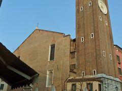 Chiesa Cattolica Parrocchiale dei Santi Apostoli サンティ アポストリ教会のタワーの所を曲がって広場へ。7世紀のカトリック教会。ティエポロ作「聖ルチアの聖餐」があります。