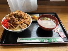 岩村駅構内の焼肉まるきん  列車の時間を気にしながら駅丼  400gで700円  なお、700gの城下町盛が1000円  約1600gのお城盛が1800円です