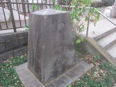 その脇にある石碑は「佃島渡船の碑」 江戸時代以来、佃大橋ができるまでここで隅田川を渡し舟が行き来していました
