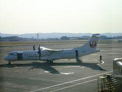こちらが屋久島行きの小型プロペラ機。  定刻は8時45分発でしたが、東京からの到着便が遅れたらしく、10分ほど出発が遅れました。さすが東京便、定刻を遅らせる強さがありますね。