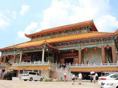 往路は看板に従って右側の道路をてくてく歩いていき、12時10分、ペナン・ヒルから30分ほどかかって、極楽寺(Kek Lok Si Temple)入口に到着。  最初に待ち構えていたのはこんな中国風の建物。  オレンジがかった黄色の屋根瓦が北京の紫禁城の建物そっくりですね。  【北京の休日(2) 紫禁城の太和門】 https://4travel.jp/travelogue/10574522#photo_link_22309401