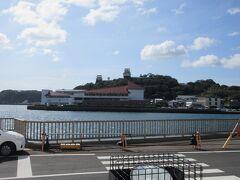 ホテル間近の湾の対岸に平戸城が見えます。コロナのせいでオープンしてないようでした。