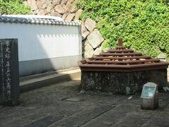 平戸の六角井戸・・・県指定史跡。明(中国)の海商、王直が松浦家25代隆信(道可)優遇を得て平戸に居を構え、貿易を行い、 多くの明商人が平戸に定住した。この井戸は型が在来の日本の物とは異なることから、その当時、明の様式で作られたといわれている。