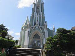 さて奥に見えた教会に近ずくと 正面のスッキリした姿が現れました。 平戸ザビエル記念教会は、長崎県平戸市鏡川町にあるカトリックの教会および聖堂で教会の保護者は大天使聖ミカエルだが、聖フランシスコ・ザビエルの3度の平戸訪問を記念して1971年にザビエルの像が聖堂の脇に建てられたことから「聖フランシスコ・ザビエル記念聖堂」とも呼ばれるようになり、その後、現在の名称にあらためられました。
