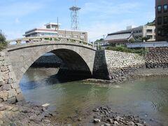 ここは眼鏡橋ではないけれど石造りがいい感じの橋 城下町との架け橋です。  解説文によると……