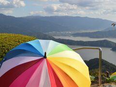 天空のテラスではカラフルなレインボー傘を貸し出し中!
