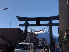 交差点に金鳥居が見えてきました  ここからも富士山を覗く