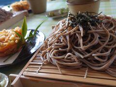 お蕎麦は残念ながら、乾麺だと思われるが 天ざるの野菜の天ぷら(かき揚げ)が絶品。 お野菜の甘さがあり、本当に美味しかった しかも山盛りのお蕎麦でお腹いっぱいです(笑)