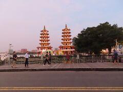 黄昏時の龍虎塔