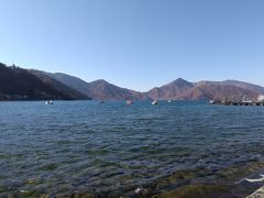 華厳の滝から歩いて中禅寺湖へ。水がとてもきれい。風は強め。
