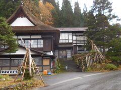 先ずは焼失を免れ、江戸時代からの茅葺屋根が残っている西屋へ。