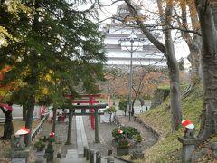城内の稲荷神社を参拝。石段の両脇には笠を被った狐が行儀良く並んでます。