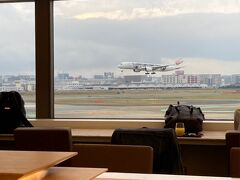 定刻より少し早く福岡空港に到着。 乗り継ぎ時間が1時間ほどあったので、ラウンジに寄ってパンと梅ヶ枝餅を頂く・・・あ、嵐ジェットだ。。。