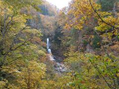 西屋の先から渓谷に急坂を下りると、落差30mの白布大滝を眺める展望台。昔は豪快な瀑布だったらしいが、砂防ダムや自家発電利用で水量が減ってしまったそうです。