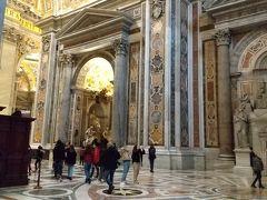 9時25分、サン・ピエトロ大聖堂に入りました。朝が早かったので荷物検査は混んでおらず、すんなり入れました。とても贅を尽くした内装で、教皇の威信を示しているようでした。  バチカン美術館の予約時間が迫っていたので、10分ほど見学して、慌ただしく大聖堂を出ました。