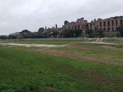 12月50分、チルコマッシモ(古代の競技場)の横を通って、真実の口まで歩きます。写真の奥に写っているのはパラティーノの丘です。