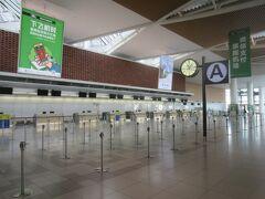 国際線ターミナル。新千歳の国際線は全て止まっており、職員が数人いるだけ…。お店もほぼ閉まっており、寂しい限り…。