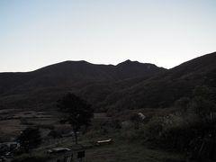 翌日。今日は朝からガスもなく予報通り晴れそう。当初の予定では3日目三俣山、4日目は中岳、久住山に登り牧ノ戸峠へ下山。九重コミュニティバスで長者原に戻る計画でした。悩んだあげく、やはり今の時期にしか見れない景色を見ておこうと三俣山へ再チャレンジする事に決定。