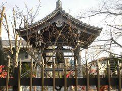 大雲寺の横を通ります。ここは役者寺と言う異名があります。