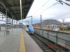 軽井沢駅から埼玉県の大宮駅まで北陸新幹線「あさま」に乗ります。夫婦二人でグリーン車にゆったりと旅の始まりです。従来は愛車を疾駆しての貧乏旅行がほとんどだったので二人ともグリーン車なんて初めてで、その豪華さに驚いています。