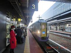 北海道に上陸、「新函館北斗」駅で在来線の函館本線・室蘭本線特急「北斗」に乗り換えます。ホームには赤い制服の駅員さんが可愛いですね。
