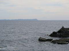 やがて北海道最南端の白神岬に達する。最北の宗谷岬は有名だが、こっちはあまり知られていないだろう。北に来れば最北を目指すのが人の常。南の岬としては襟裳岬のほうが、最南端のようなイメージだろう。津軽海峡の向こうには間近に津軽半島が見え、その右には三角形の美しい姿を見せる津軽富士、岩木山がうっすらと見える。こういうのは実際に来てみないとグーグルアースじゃ分からないな。