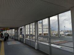 11:35 新潟港 スーツケースをガラガラ引いて、ターミナルへ