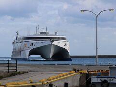 11:20 直江津港から小木港への高速カーフェリーが入港 なんでもこの船、売却されるとか…
