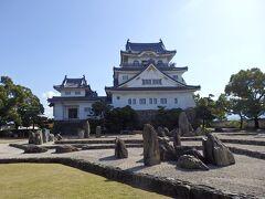 天守閣の前には岸和田城庭園(八陣の庭)。 庭のことなどてんでわからない(^^;)やっちまが、なんとなく好きな東福寺の市松の庭をつくった重森三玲氏の作庭。