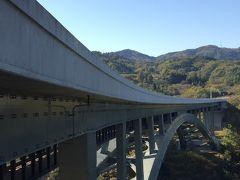 まず最初の観光スポットは天竜峡大橋。 天竜川の浸食によって造り出された南北約2㎞にわたる渓谷で、美しい景観が楽しめます。