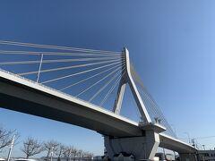 """約1時間ほどで青森ベイエリアに到着  青森ベイブリッジ 平成6年に開通した全長1994メートルの大橋 非常に""""外観を重視した""""だけあって、壮大で圧倒的~。"""