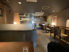そこの横でレストランを営業していて、通して開いている。ありがたいことだ。旅館なので、調理場に通して誰か居てくれるんだろう。松前のマグロのメニューのほか、カレーとかラーメンとかまである。他のお客さんは奥でお茶で仕事中の方お一人だけだった。
