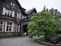 ●旧古河邸  園内をぐるっとひと廻りし、再び洋館のエントランスへ戻ってきました。 この「旧古河邸」と西洋庭園は、英国人で日本西洋建築の父とされるジョサイア・コンドルが設計し、大正期の1917年に竣工しました。  現在は1階の大食堂を喫茶室として利用でき、また建物内部の見学もできるので、ちょっと寄ってみることに。 なお、管理が東京都とは別((公財)大谷美術館)のため、別途入館料(400円)が必要となります。  ◇旧古河邸◇  開園時間:10時30分~16時30分(入館は16時まで)  休園日 :月曜日、夏季及び冬季の長期休暇あり  入館料金:大人400円  参考HP:http://www.otanimuseum.or.jp/kyufurukawatei/index.html