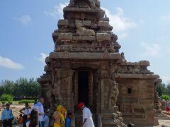マハーバリプラムの遺跡に到着。まずは海岸寺に行きました。  マハーバリプラムの遺跡群の入場料について。 今回の旅行で最高価格だった。600ルピー/人。それにインド人だと40ルピー/人っていうギャップに2度びっくりする。