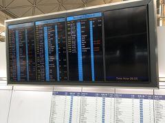 午前中の便で成田へ。この画面に出てるのが、今日の全出発便です。いつも大混雑だった空港もガラガラでしたが、3月、8月の帰国時よりは便数が増えてきてるような印象を受けました。