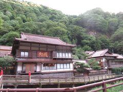本日のお宿は東山温泉「向瀧」。会津を代表する、いや東北きっての名旅館。おそらく人生で泊まった中で一番高級なところだと思われる。最も安い部屋でも一泊2万円程度。